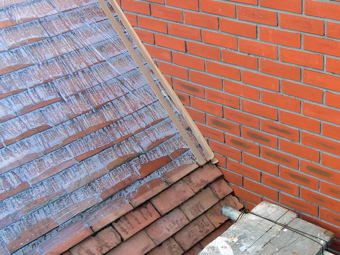 【施工後】屋根のレンガ部分の汚れもクリーニングします