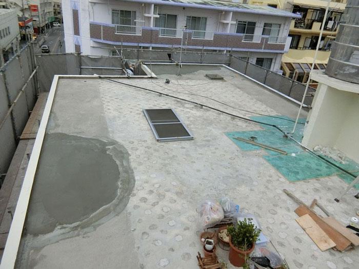 屋上の水溜りをモルタルで水が溜まらないよう処置を行いました。