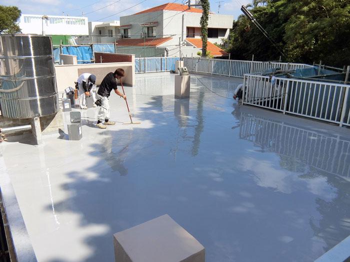 防水材の2層目を塗布