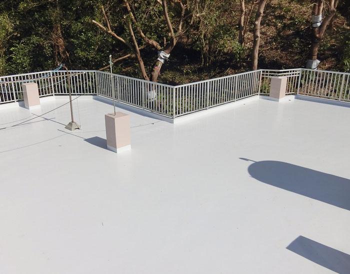 防水材トップコートを2層塗布し完了